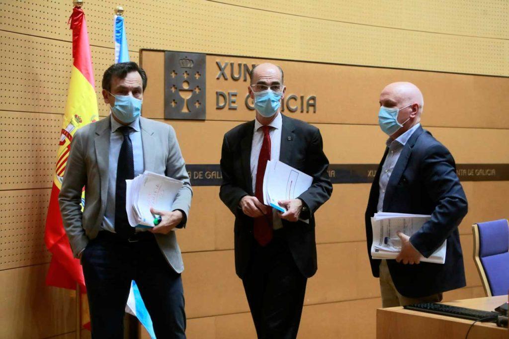 El conselleiro de Sanidade, Jesús Vázquez Almuiña, con el director xeral de Salud Pública, Andres Paz-Ares, y el gerente del Sergas, Antonio Fernández-Campa, tras la comparecencia.