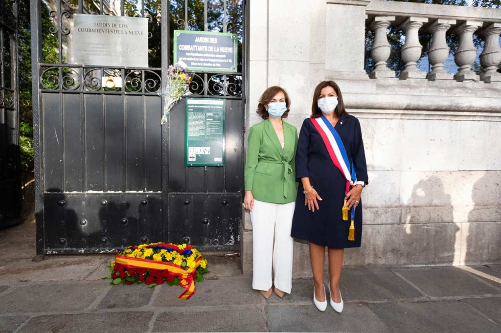 La vicepresidenta del Gobierno, Carmen Calvo, y la alcaldesa de París, Anne Hidalgo, durante la ofrenda floral a los españoles que liberaron la capital francesa en 1944.