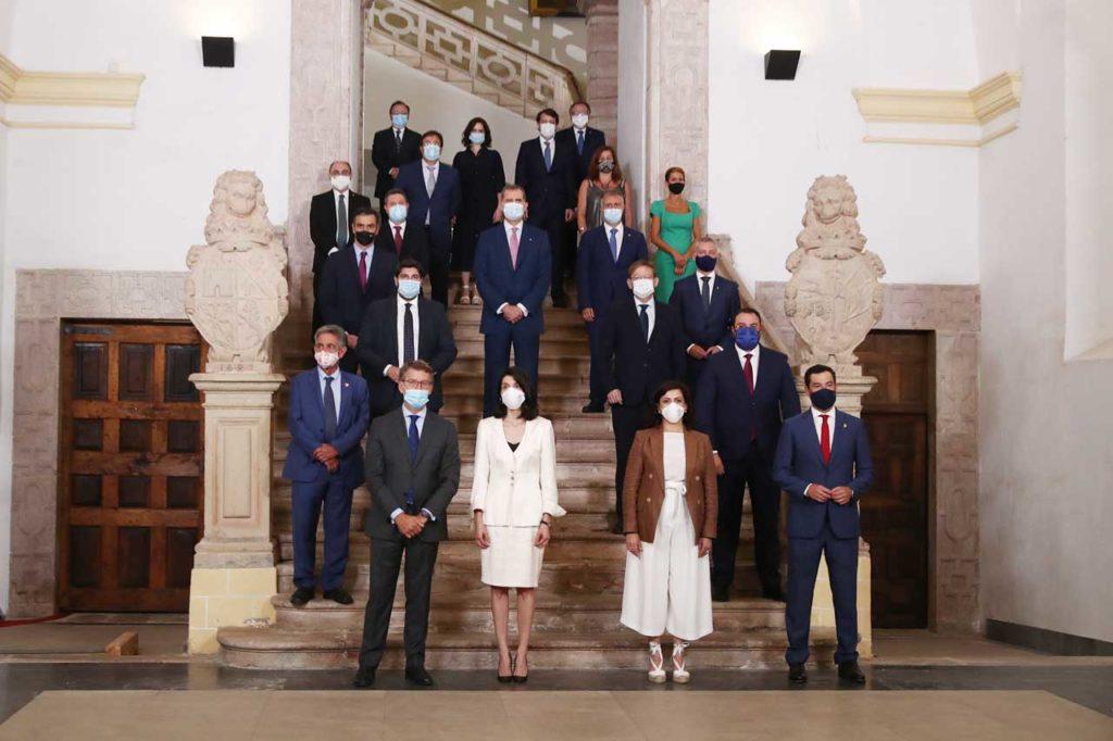 El Rey, el presidente del Gobierno, la presidenta del Senado, Pilar Llop, y los presidentes autonómicos en la foto de familia.
