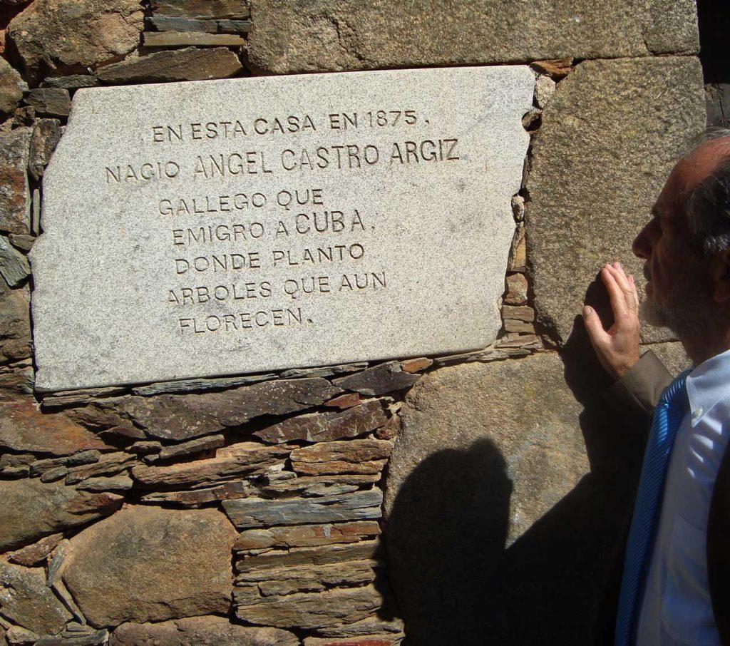 """Placa en la fachada de la casa del padre de Fidel Castro en Láncara, donde se mencionan los """"árboles"""" que plantó en Cuba."""