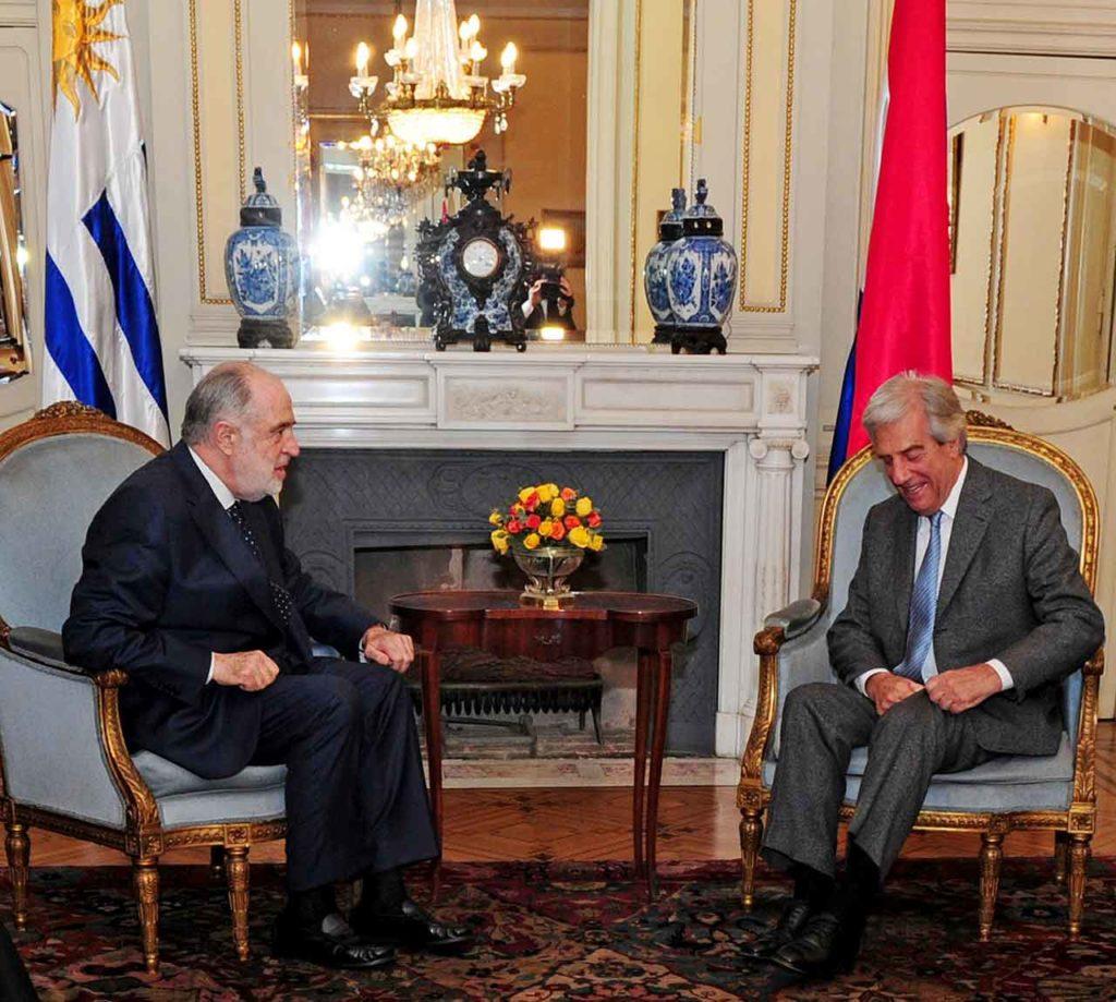 Javier Sangro, izquierda, dialogando con el expresidente uruguayo Tabaré Vázquez.