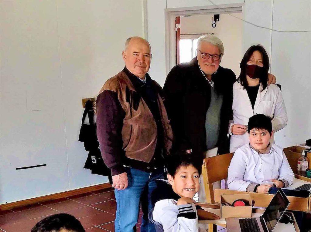 José María García, Nelson Berenguer, la maestra Carolina Cortazzo y algunos alumnos.