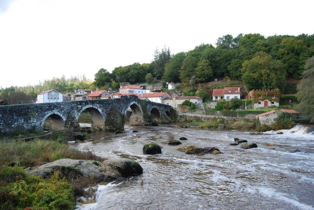 Una imagen del puente románico característico de esta aldea de Negreira.