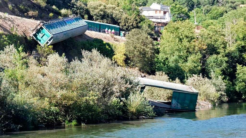 Dos de los vagones que se retiraron se deslizaron por la ladera y uno acabó en el río Sil.