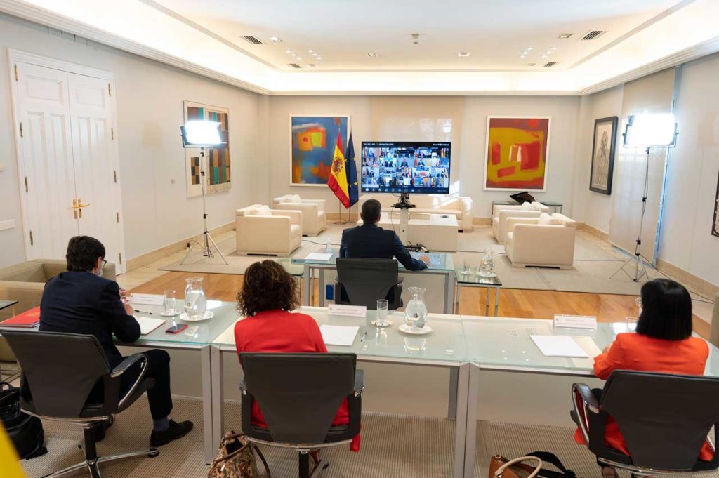 Los representantes del Gobierno, con Sánchez al fondo, en la Conferencia de Presidentes.