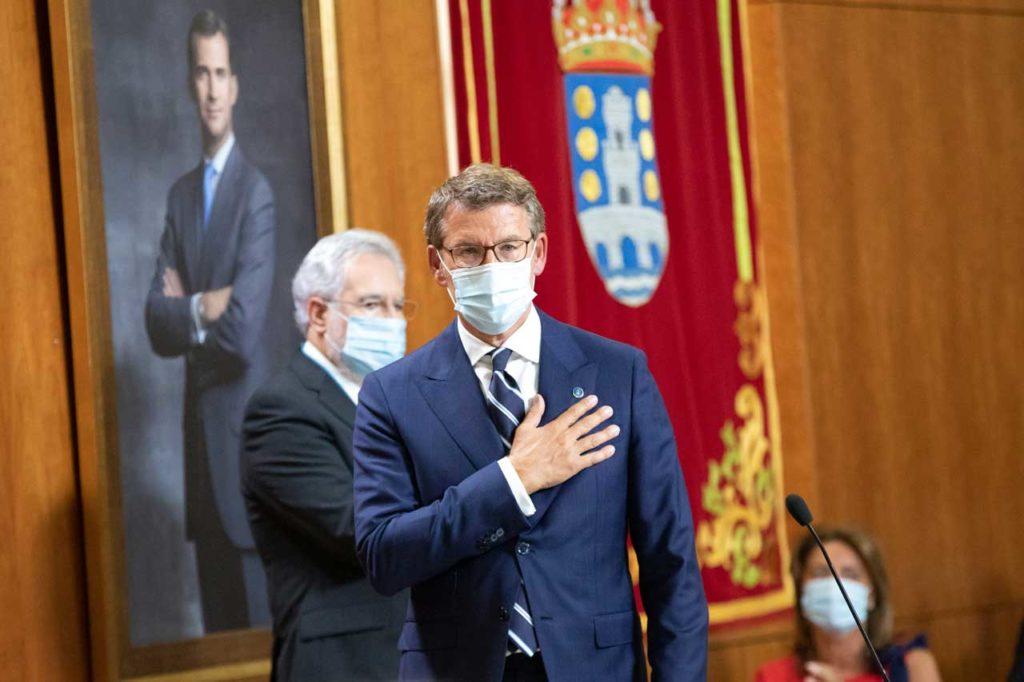 Núñez Feijóo agradece emocionado los aplausos tras la toma de posesión del cargo.