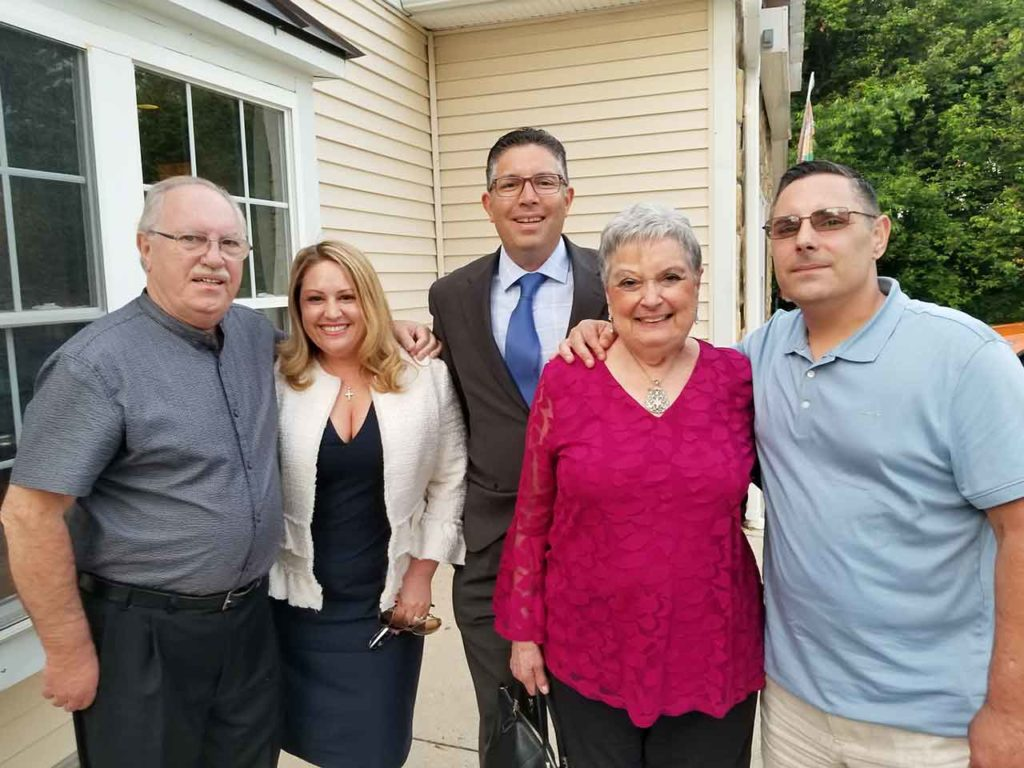 Juan Benítez, a la izquierda, con su familia.