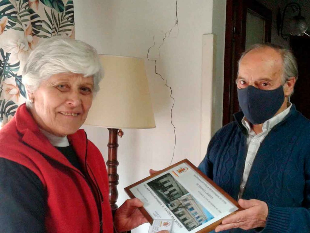Aprovechando el aniversario de la entidad, Omar Corral entregó a Merino un obsequio y el carnet de socia honoraria.