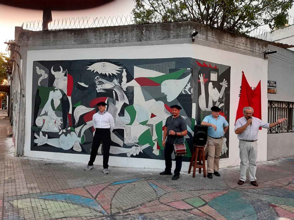 El primer mural callejero que inaguró el Centro Euskaro de Montevideo.