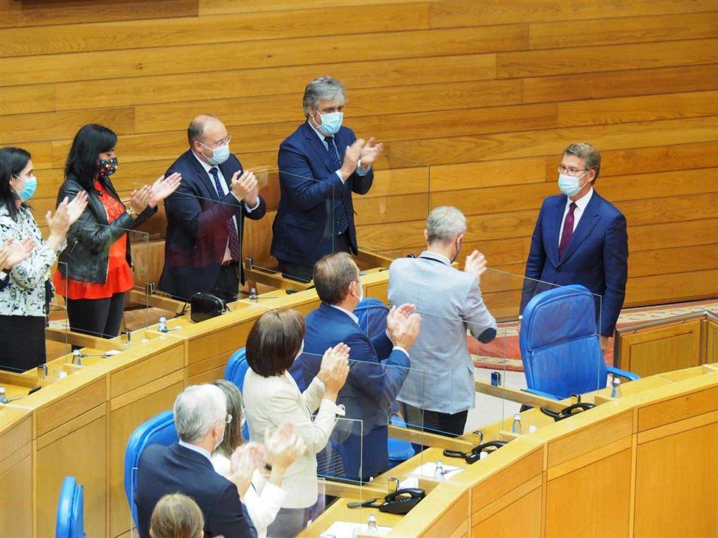 Alberto Núñez Feijóo recibe el aplauso de los conselleiros en funciones y de los diputados del PPdeG tras su elección como presidente de la Xunta.