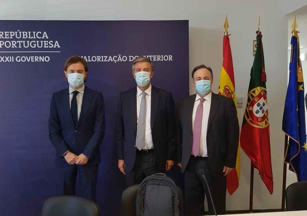 El director xeral Jesús Gamallo (izq.), en la reunión de la Comisión hispano portuguesa de Cooperación Transfronteriza de Bragança.