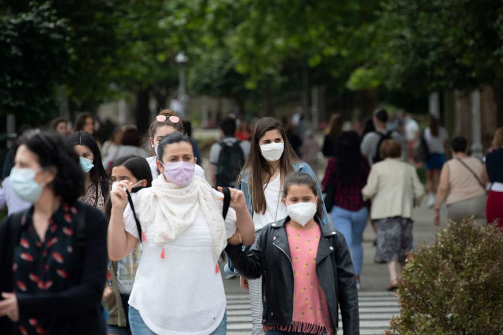 El uso de la mascarilla se ha generalizado en toda la Comunidad como se observa en la imagen captada en Santiago.