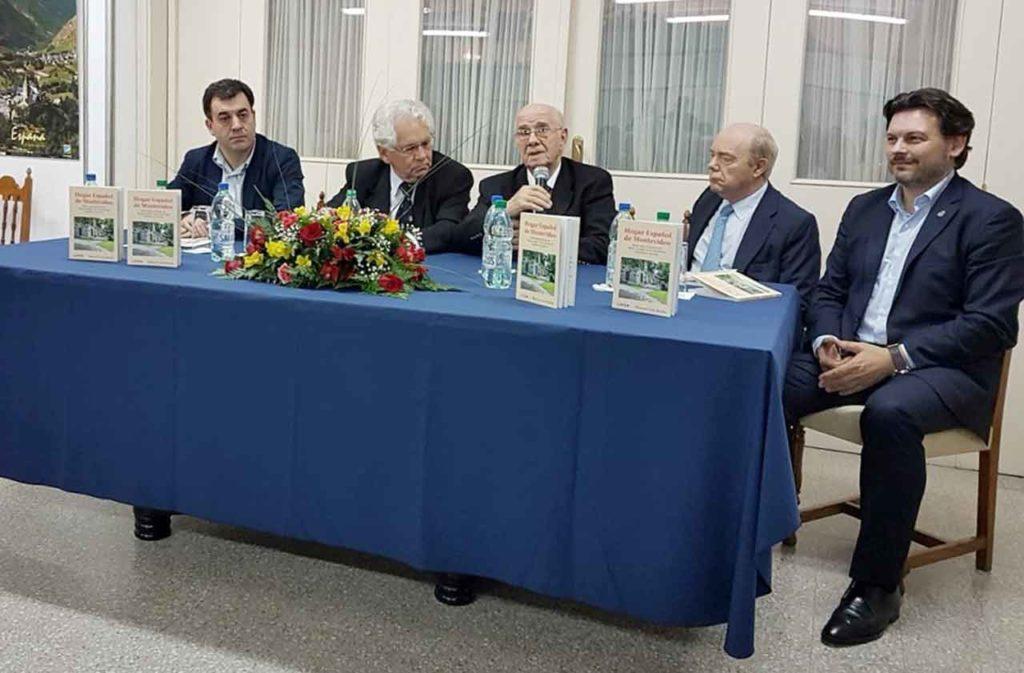 Manuel Losa presentando el libro sobre el Hogar Español en Montevideo.