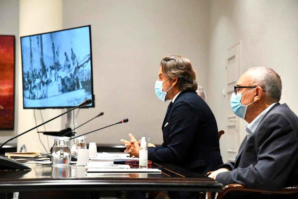 El presidente del Parlamento de Canarias, Gustavo Matos, se dirige a los asistentes y a su lado el coautor del libro, Manuel de Paz.