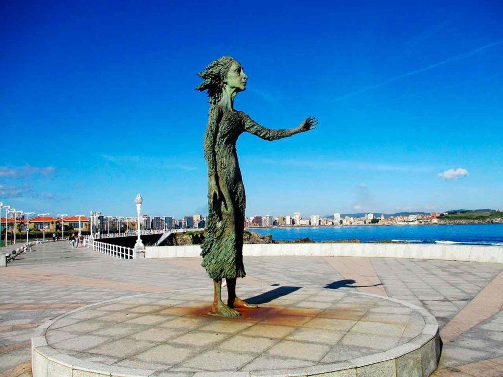 La escultura de Ramón Muriedas 'La madre del emigrante'.