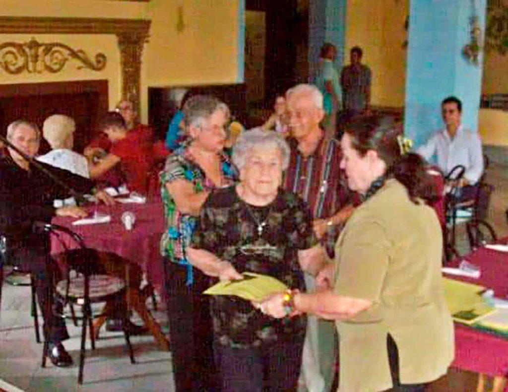 Mónica Fernández recibe un reconocimiento de la Sociedad Progreso de Coles.