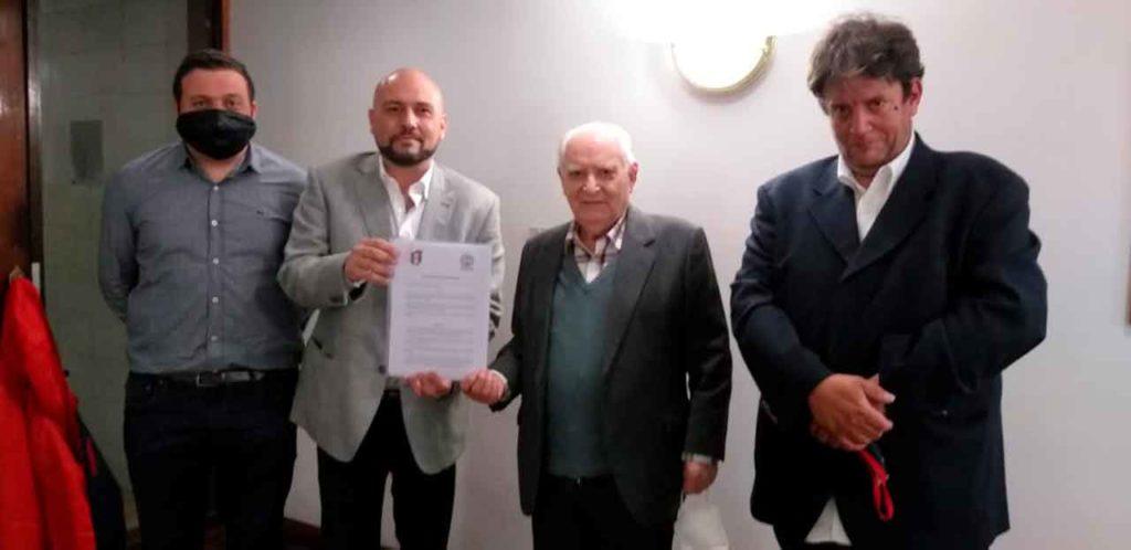 Los presidentes del Deportivo Español y de la Federación muestran con orgullo el acuerdo firmado.