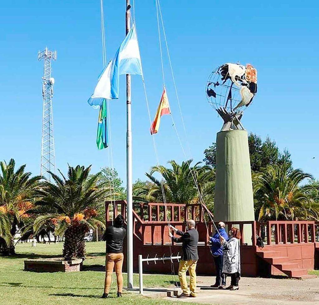 Izando las banderas de Argentina, España y Punta Alta.