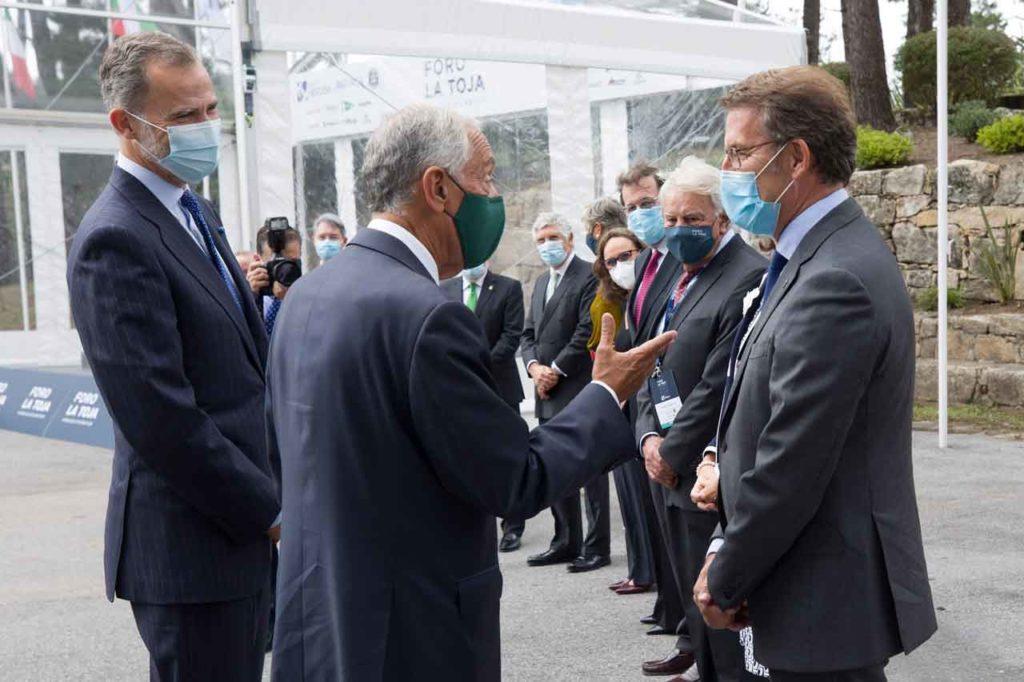 Núñez Feijóo escucha al  presidente de Portugal, Marcelo Rebelo de Sousa, ante el Rey, Felipe González y Mariano Rajoy entre otros.