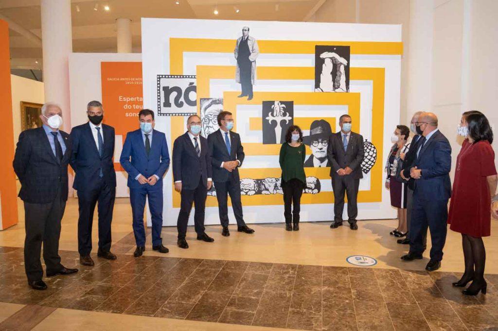 Feijóo en la inauguración de la exposición 'Galicia, de Nós a nós' con el resto de autoridades asistentes.