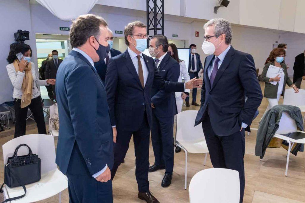 Feijóo departe con Pablo Isla, presidente de Inditex, y Francisco Botas, consejero delegado de Abanca, en el Foro Galicia, Next Generation.