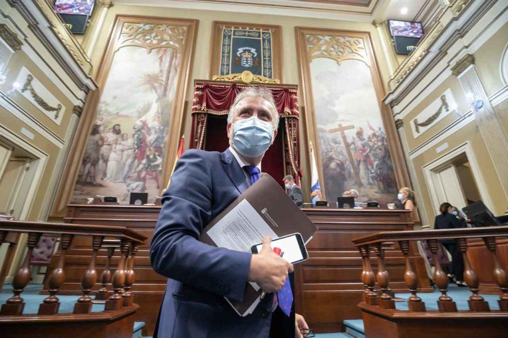 El presidente de Canarias, Ángel Víctor Torres, a su llegada al pleno del Parlamento regional.