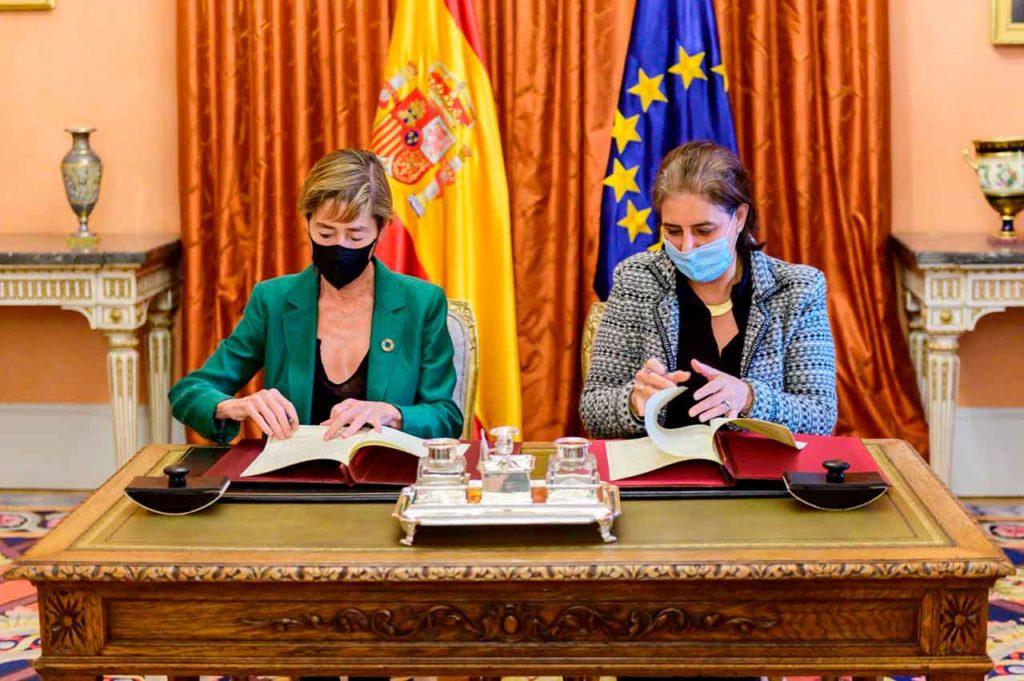Victoria Ortega y Celsa Nuño firmaron el convenio.