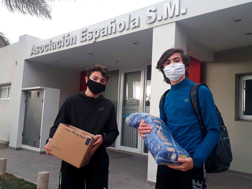 Dos jóvenes que se acercaron a la institución a donar alimentos y ropa.