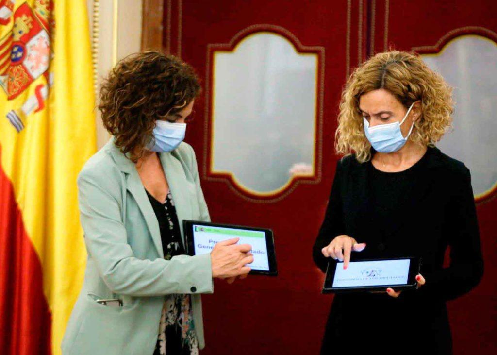 La ministra de Hacienda, María Jesús Montero, entregó el proyecto de Presupuestos para 2021 a la presidenta del Congreso, Meritxell Batet, el miércoles 28 de octubre.