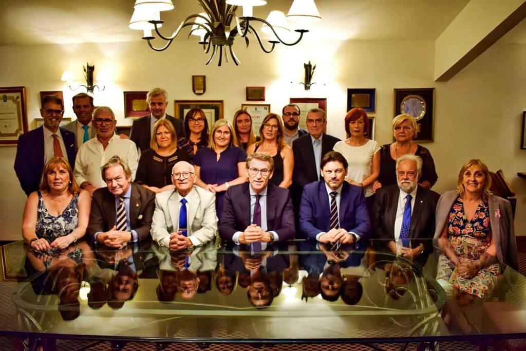 Foto de archivo de la visita que realizó en 2019 el presidente de la Xunta de Galicia y el secretario xeral da Emigración a Uruguay con directivos de las entidades con las que mantuvo Antonio Rodríguez Miranda una videoconferencia esta semana.