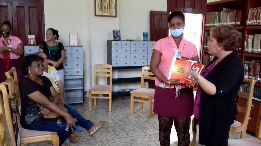 Alina Artímez en una de las donaciones de material bibliográfico.