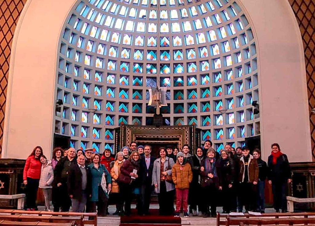 Directivos de entidades españolas visitando la sinagoga.
