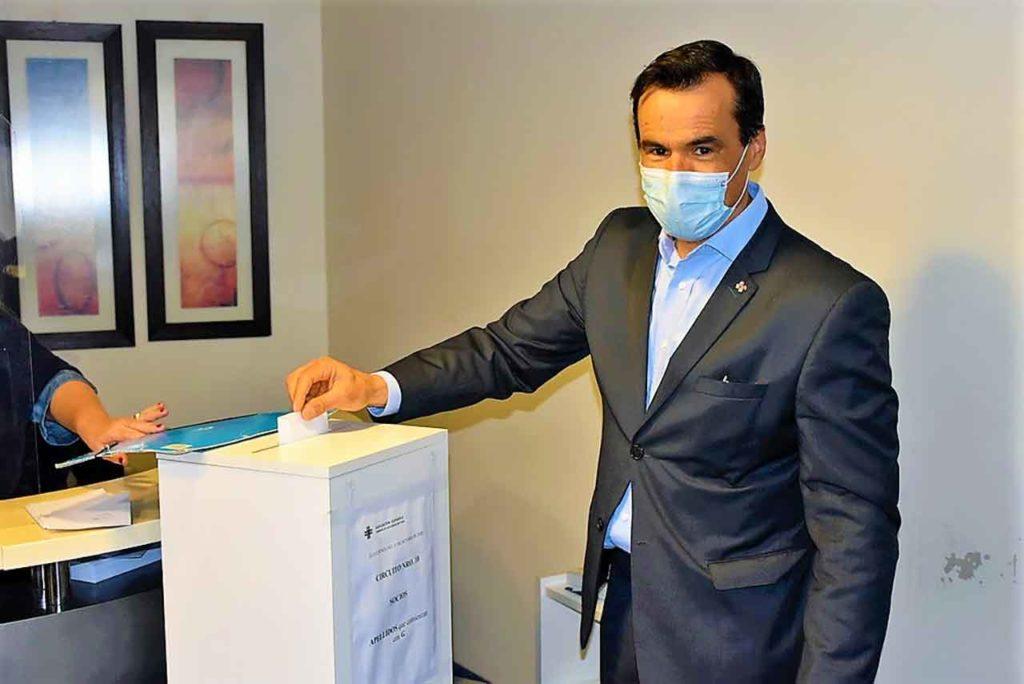 Fernando García, nuevo presidente de La Española, votando.