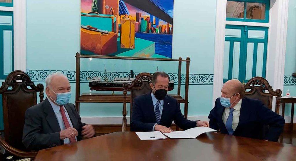 Francisco Rodríguez, Juan Carlos Escotet y Antonio Suárez durante el acto de firma del convenio.