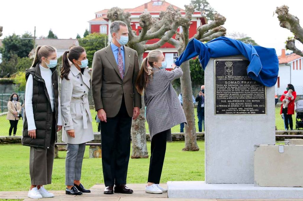 La Princesa de Asturias descubre la placa conmemorativa con motivo del galardón Pueblo Ejemplar de Asturias 2020 a Somao y la visita de la Familia Real.