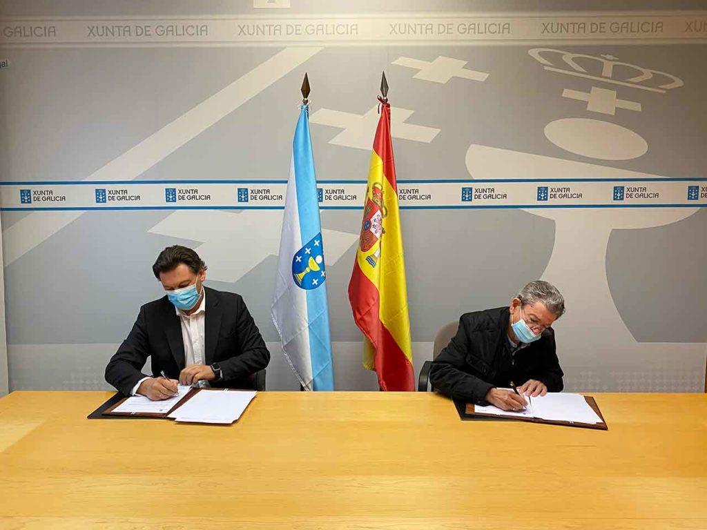 Antonio Rodríguez Miranda y Celso Domínguez Búa firmando el convenio.