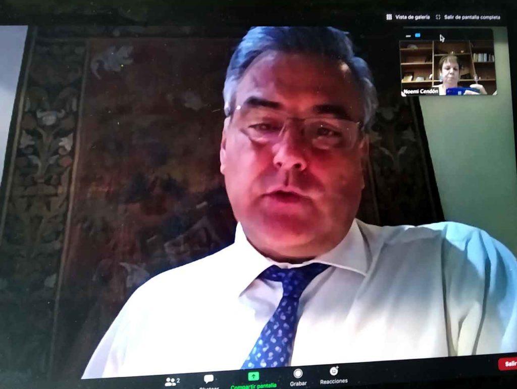 El embajador Jesús Silva en un momento de la entrevista que se realizó por videoconferencia.