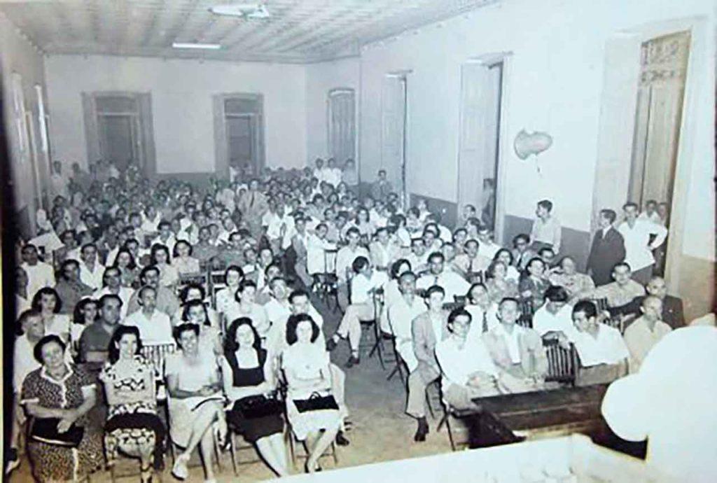 Imagen de una asamblea general de la Sociedad Progreso de Coles celebrada en 1940.