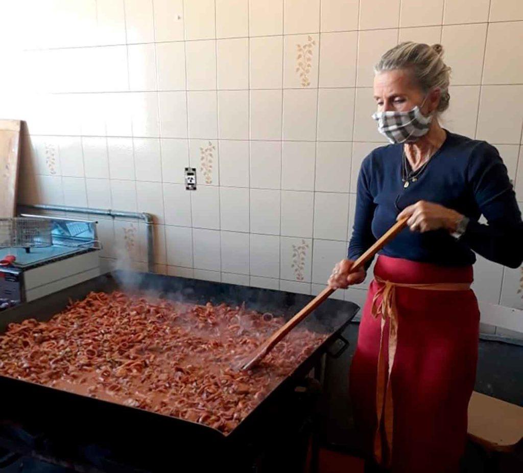 Preparando la paella.