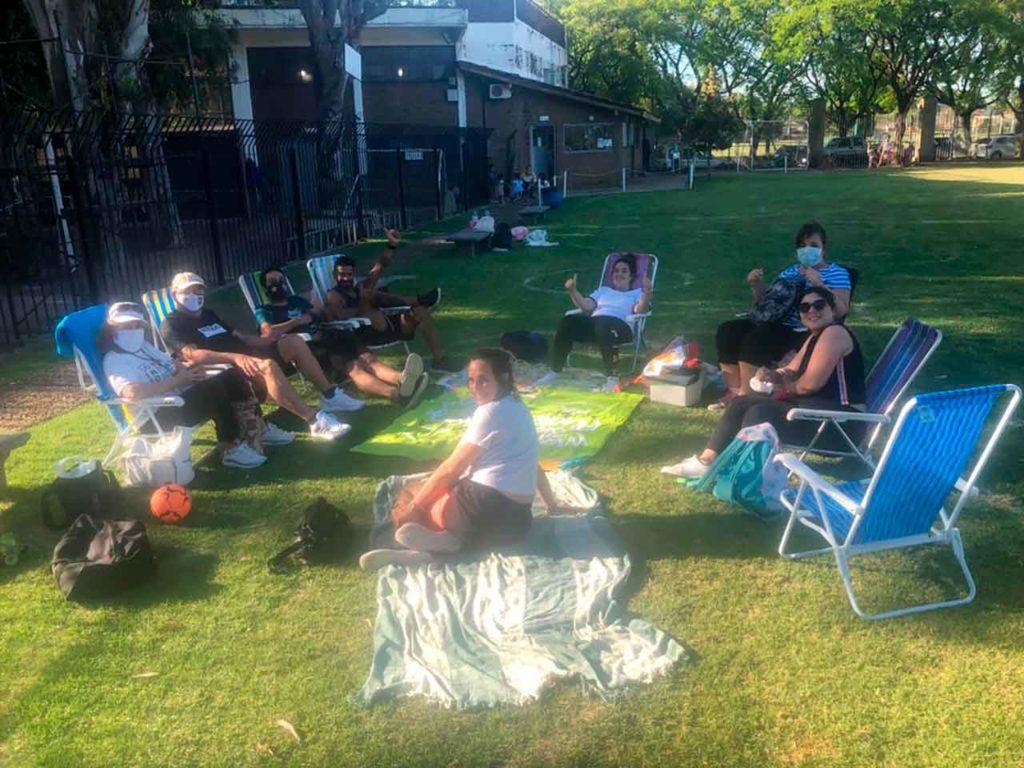 Socios disfrutando de una jornada de sol en grupos de menos de 10 personas.