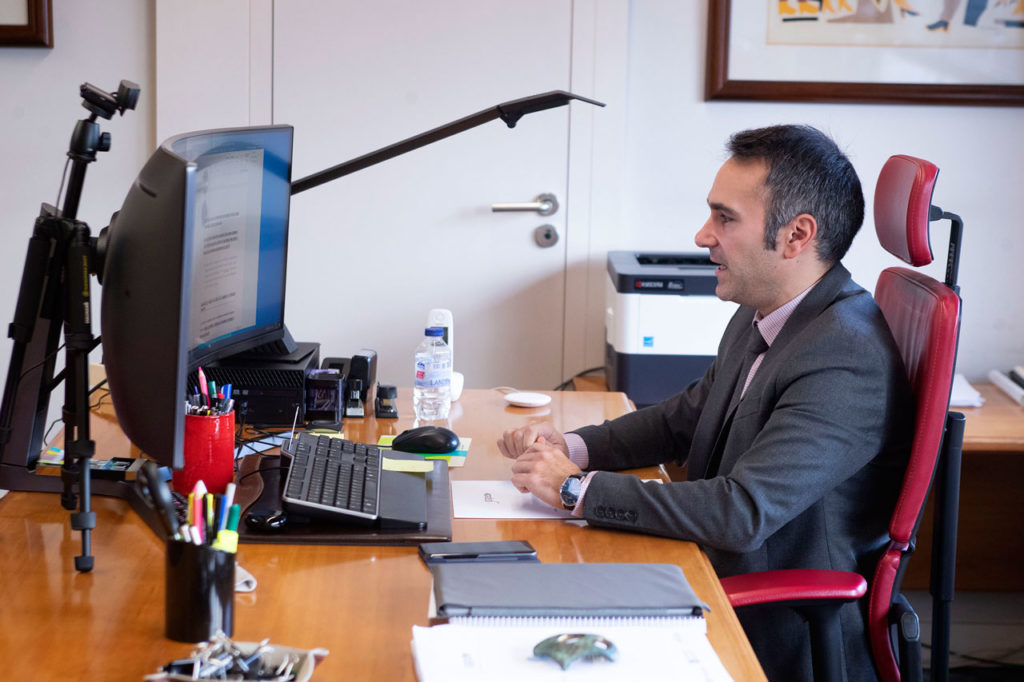 El director del Igape, Fernando Guldrís, durante la jornada on line organizada en colaboración con la plataforma exportadigital.es.