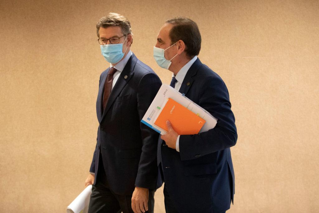 El presidente de la Xunta, Alberto Núñez Feijóo, y el conselleiro de Facenda e Administración Pública, Valeriano Martínez, tras su comparecencia para explicar los Presupuestos de Galicia para 2021.