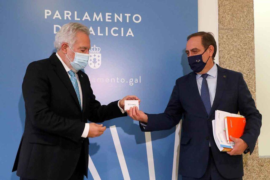 Miguel Ángel Santalices recibió de manos de Valeriano Martínez el proyecto de presupuestos de la Xunta para 2021.