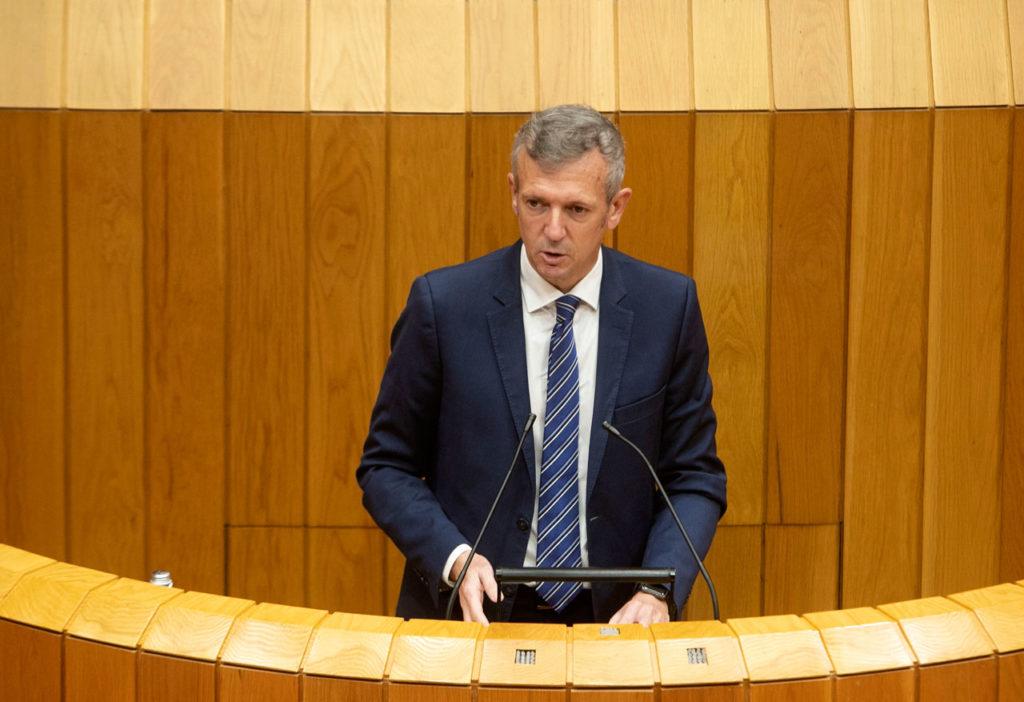El vicepresidente primero y conselleiro de Presidencia, Xustiza e Turismo, Alfonso Rueda, intervino en el pleno sobre el debate de totalidad del proyecto de la Lei reguladora da acción exterior e cooperación para o desenvolvemento de Galicia.
