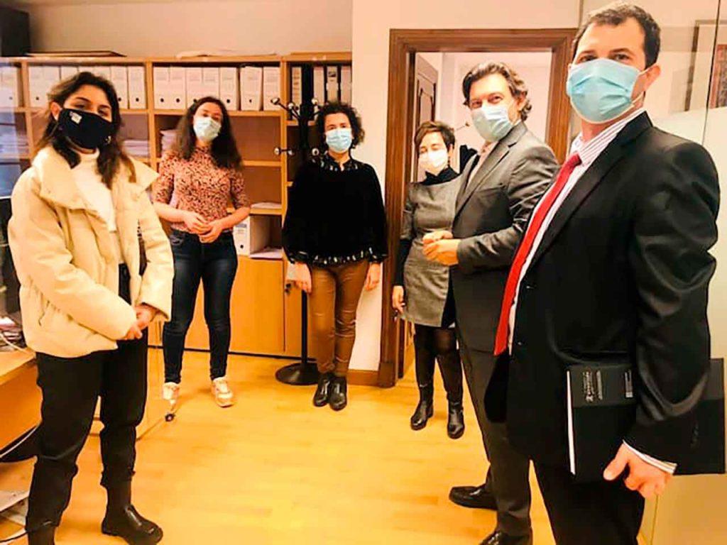 Imagen de la visita de los becarios BEME a la sede de la Secretaría Xeral da Emigración en Santiago de Compostela.