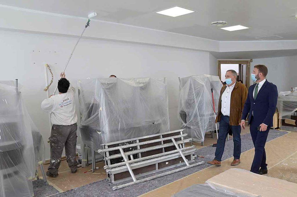 El delegado de la Xunta en A Coruña, Gonzalo Trenor, durante la visita al taller dual de empleo de pintura industrial en construcción impartido en A Laracha.