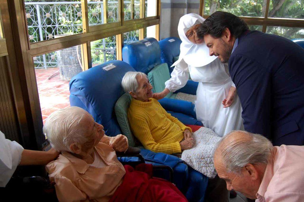 Foto de archivo de la visita del secretario xeral da Emigración al Hogar San José de Caracas.