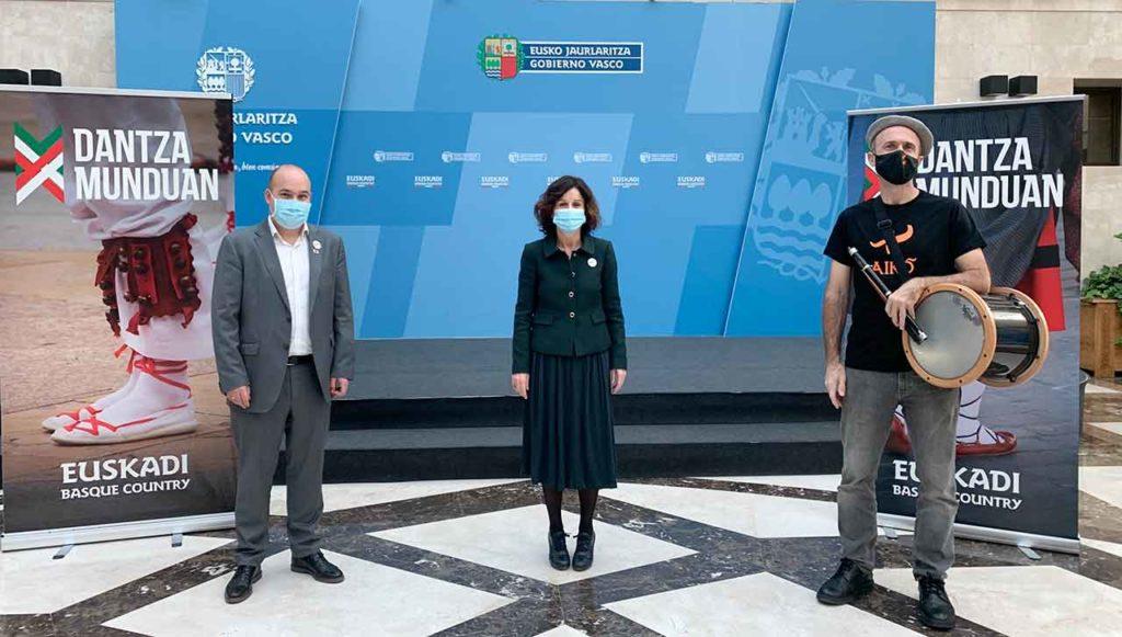 Gorka Álvarez Aranburu, Marian Elorza y Sabin Bikandi durante la presentación de 'Dantza Munduan'.