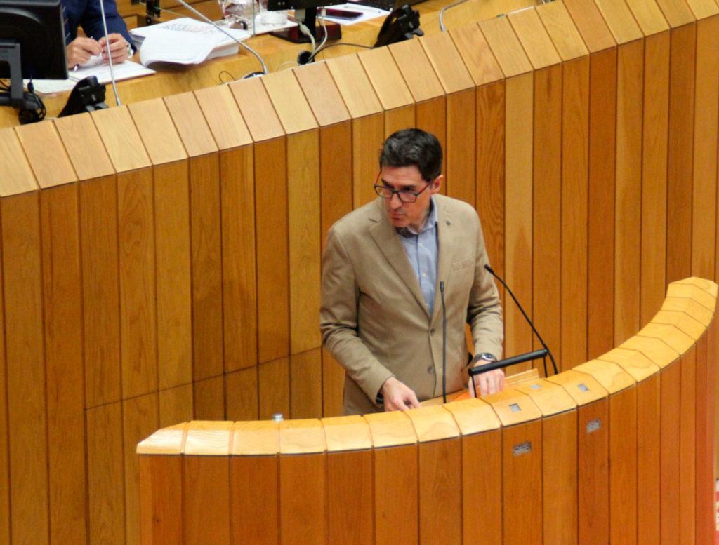 El viceportavoz del Grupo Socialista, Pablo Arangüena, durante su intervención en el Pleno del Parlamento.