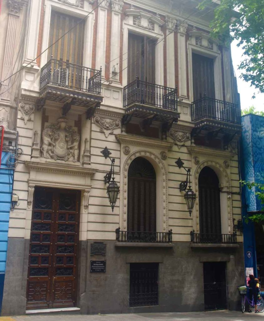 El Centro Gallego de Montevideo cerrado.